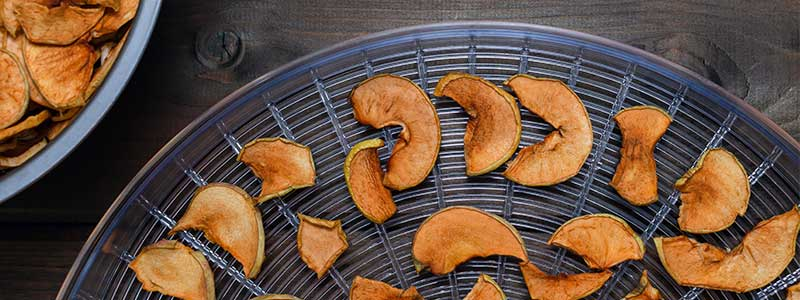 Dehydrating slices of apples