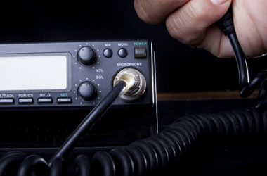 7 Considerations to Choosing the Right Mobile Ham Radio for Preppers | https://ultimatepreppingguide.com